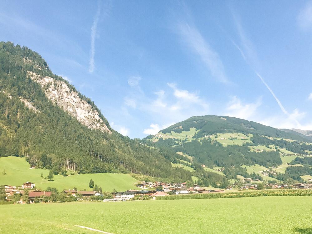 Viel Sonne und tolle Aussichten bietet eine Radtour entlang des Zillertal-Radwegs.