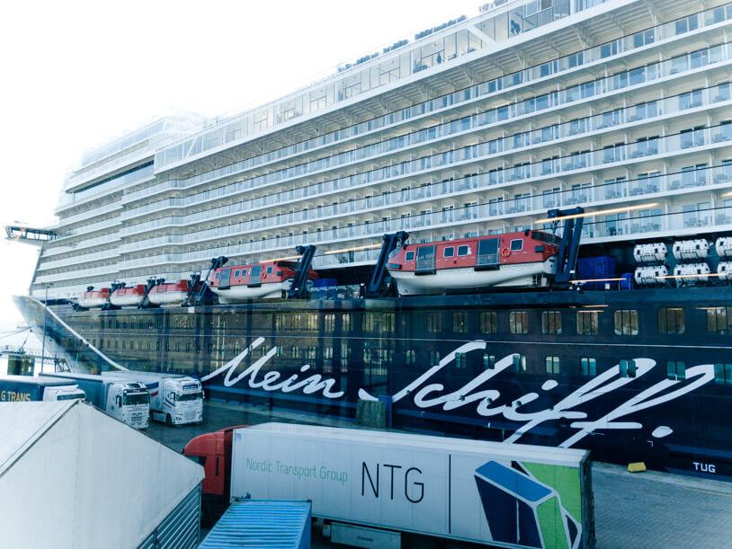 Wir sind ja große Kreuzfahrt-Fans und waren im vergangenen Jahr bei der Taufe der MSC Meraviglia in Le Havre und auf der Einführungsreise der Mein Schiff 6. Und auch in diesem Jahr gab es wieder eine besonderes Event: Kürzlich hatte mein Freund die Ehre, bei der Auslieferung der neuen Mein Schiff 1 von TUI Cruises dabei sein zu dürfen. Im kleinen Kreis geladener Gäste ging es für ihn von München über Helsinki nach Turku zur Meyer Werft. Hier stand nicht nur die neue Mein Schiff 1 zur Auslieferung bereit, sondern auch die sich gerade im Bau befindende Mein Schiff 2. Diese konnte er zunächst aus Ferne und später sogar noch aus nächster Nähe besichtigen. Das große Highlight dieser Reise war jedoch das erste Auslaufen der Mein Schiff 1 aus der Werft in Turku in Richtung Kiel. Aufgrund der nur geringen Zahl der Gäste an Bord konnte er die Mein Schiff 1 in Ruhe besichtigen und hat natürlich ein paar Eindrücke für Travelsome mitgebracht. Wenn ich mir die Bilder so ansehe, steigt auch meine Vorfreude. Denn wir stechen bereits in zwei Wochen in Triest wieder in See auf der Mein Schiff 2. Viel Spaß! Und vielleicht steigt ja die Vorfreude bei jemandem von Euch, der schon eine Kreuzfahrt auf der neuen Mein Schiff 1 gebucht hat? Und falls Ihr gerade keine Reise geplant habt, entlockt Euch vielleicht unsere Verlosung ein kleines Lächeln: Wir verlosen ein kleines, von uns zusammen gestelltes Vorfreude-Paket, das ein Mein Schiff Notizbuch und Kugelschreiber, Mein Schiff Energiesteine und Schokoladenkaviar aus dem Altonaer Kaviar Import Haus (AKI) enthält.
